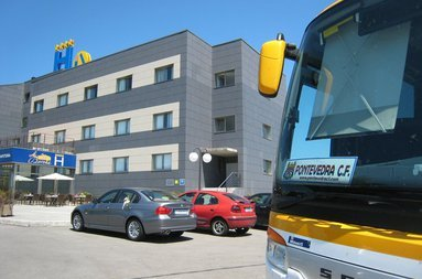 Disponemos de parking privado gratuito y parking exterior para autobuses